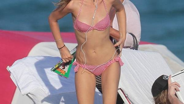 Georgia May Jagger hyggede sig på stranden i Miami. (Foto: All Over)
