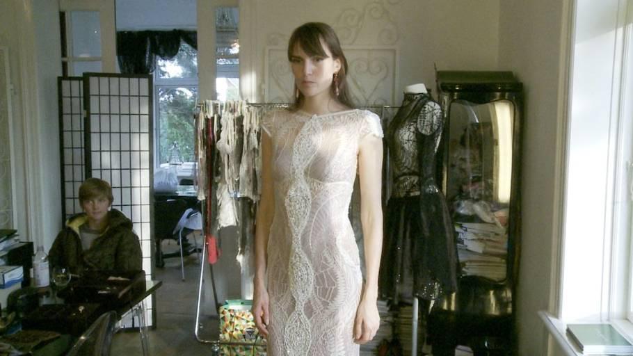 c0f3057b29e7 Anne Klitten Andersen poserer her for Ekstra Bladet i den smukke Oscar-kjole  designet af