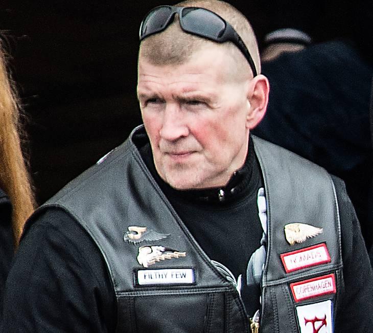 Den nu anholdte HA-veteran ses her ved begravelsen af en anden HA'er i 2014. 'Fehår' bærer 'Filthy Few' mærket på vesten. Foto: Mogens Flindt