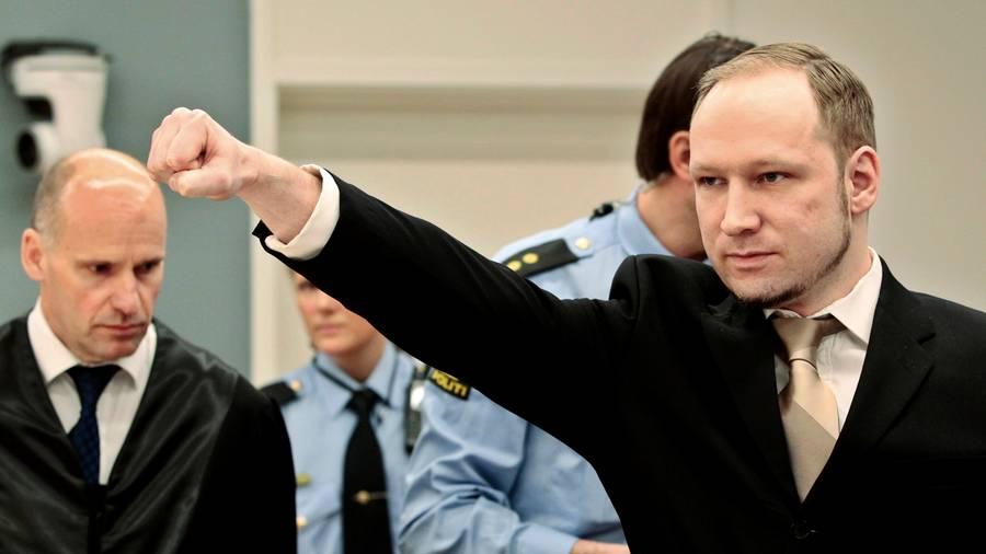 Breivik reagerede ved at afsende en højreekstremistisk hilsen. (Foto: AP)