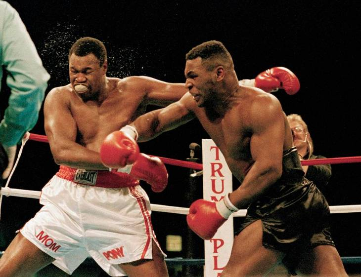 Mike Tyson på karrierens tinde. Her går det ud over Larry Holmes i en titelkamp i Atlantic City i 1988. Foto: AP