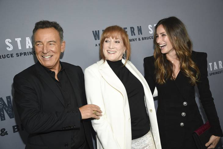 Jessica Springsteen (th.) er datter af rockmusikeren Bruce Springsteen (tv.). Foto: Evan Agostini/Ritzau Scanpix