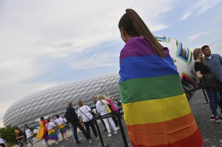 Regnbueflag er ikke velkomne på stadion i Baku. Her er det en fodboldfan i München. Foto: Ritzau Scanpix