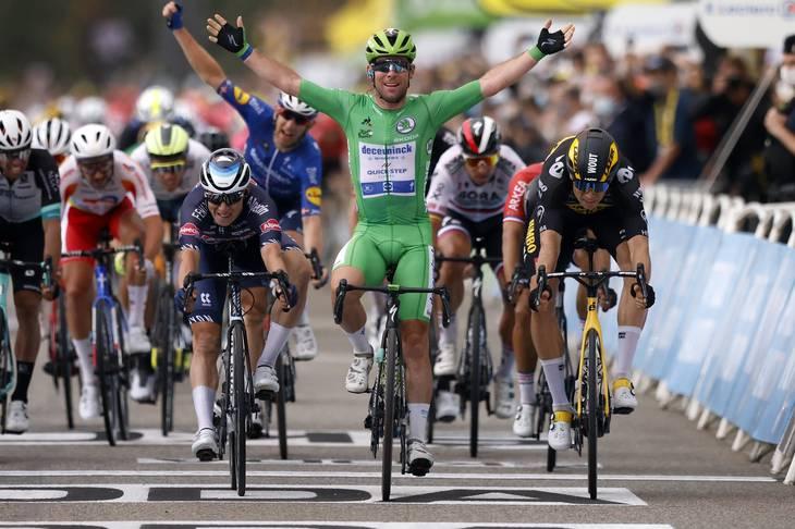 Mark Cavendish i den grønne pointtrøje er ikke til at bremse i spurterne i Tour de France. Tirsdag blev han afleveret perfekt af holdkammeraten Michael Mørkøv, som jubler i baggrunden. Foto: Stephane Mahe/Reuters